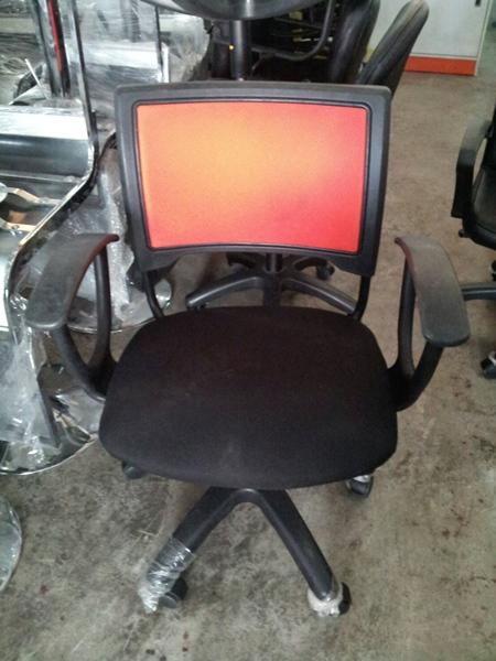 เก้าอี้สำนักงานเบาะผ้า พนักพิงตาข่ายสีส้ม
