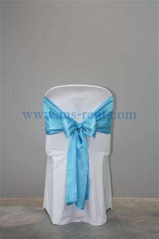 เก้าอี้ PVC สีขาว คลุมผ้าขาวผูกโบว์สีฟ้า