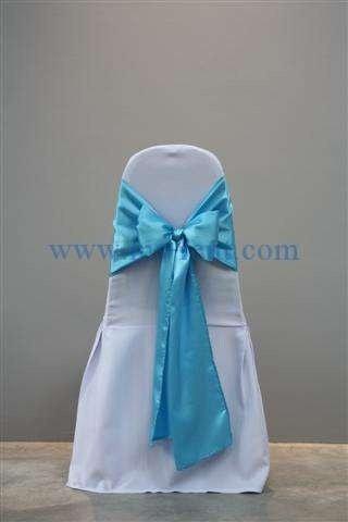 เก้าอี้บุนวม คลุมผ้าขาวผูกโบว์สีฟ้า