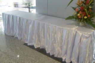 โต๊ะสี่เหลี่ยมคลุมผ้าสเกริ์ต