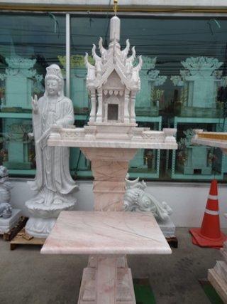 ศาลพระภูมิทรงปราสาทสีขาว  ขนาดฐานกว้าง 81 ซม. ยาว 81 ซม. ความสูงรวม 210 ซม.
