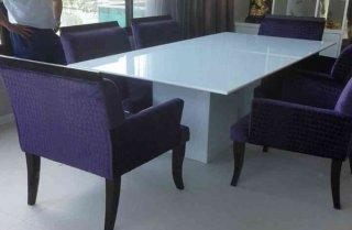 โต๊ะหินอ่อนสี่เหลี่ยมสีขาว