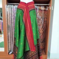 ผ้าไหมทอยกดอก ลูกแก้ว สีพื้นเขียว หัว-เชิง แดง เชิงดอกกระเจียว