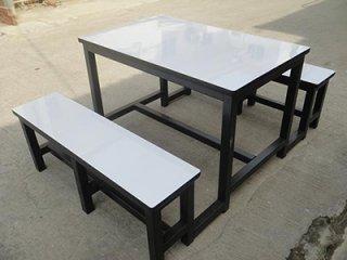 โต๊ะโรงอาหารหน้าโฟเมก้าขาว ขาเหล็กพ่นดำ 1.5 นิ้ว