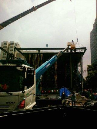 รถกระเช้า งานเชื่อมโครงหลังคา