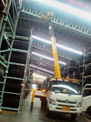 รถกระเช้า เปลี่ยนสายไฟในโรงงาน